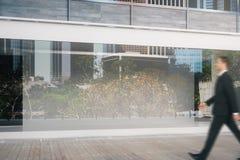 Manbortgången shoppar fönstret Royaltyfri Bild