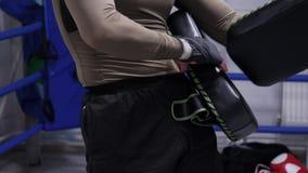 Manboxare som sätter boxas block för personlig utbildning med partnern Yrkesmässig boxare som använder sparkblock på boxningsring stock video