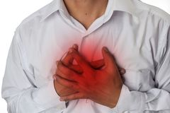 Manbröstkorgen smärtar från syrligt lågvatten eller halsbränna som isoleras på vit bakgrund arkivfoto
