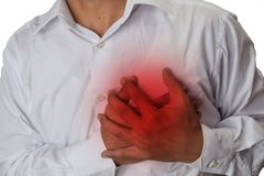 Manbröstkorgen smärtar från syrligt lågvatten eller halsbränna som isoleras på vit bakgrund arkivbild