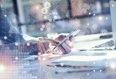 ManbruksSmartphone hand, pekskärm Projektchef Researching Process AffärsTeam Work Startup modernt kontor globalt Royaltyfri Bild