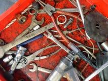 Manby sorter av behändiga hjälpmedel för mekaniker` s i det gammalt smutsar ner asken för a arkivbild