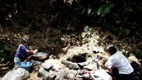 Mancanza di utilità di sistema a acqua pubbliche nelle comunità rurali filippine, forze questa donna per lavare i vestiti anche i video d archivio