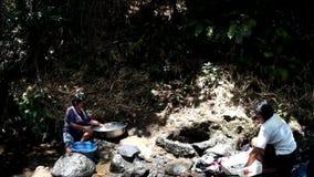 Mancanza di utilità di sistema a acqua pubbliche nelle comunità rurali filippine, forze questa donna per lavare i vestiti anche i archivi video