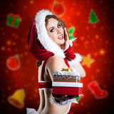Mancanza sorridente attraente Santa con un presente Fotografie Stock