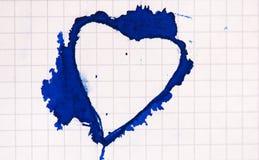 Mancha blanca /negra en forma de corazón de la tinta en el papel Imagen de archivo
