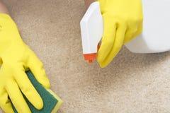 Mancha de óxido de la limpieza en una alfombra Foto de archivo