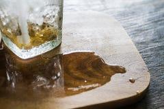 Mancha del agua de la bebida helada del café en la tabla Fotografía de archivo libre de regalías