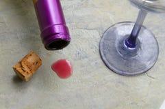 Mancha do vinho tinto no contador do granito fotos de stock royalty free