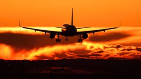 Mancha plana no aeroporto de Otopeni durante o por do sol com céu vermelho Imagem de Stock Royalty Free