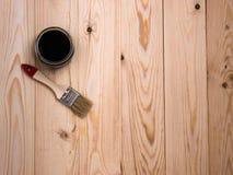 Mancha y cepillo en el contexto de madera Fotografía de archivo
