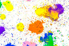 Manchas coloridos da aquarela isoladas no fundo branco Espirra de gotas coloridos de uma pintura da aquarela em um branco imagem de stock