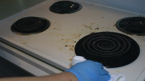Manchas de lavagem da graxa fora de uma parte superior do fogão video estoque