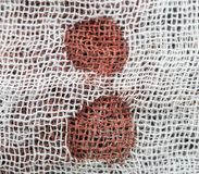 Manchas de sangue no material branco imagens de stock royalty free