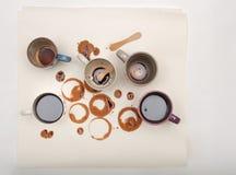 Manchas e varas molhadas do café com os copos de café no Livro Branco Foto de Stock