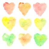 Manchas en forma de corazón de la acuarela aisladas en el fondo blanco Sistema de puntos pintados a mano coloridos Tintes de otoñ Imagen de archivo