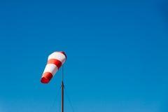 Manche à air d'aéroport sur le fond clair de ciel bleu Images stock