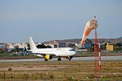 Manche à air et avion d'aéroport Image libre de droits