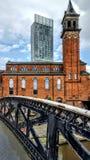 Manchester centrale con il magazzino del mattone rosso fotografia stock