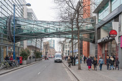 MANCHESTER ENGLAND - MARS 08, 2014: Manchester Cityscape med gatafolk och byggnader Arkivbild