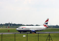 Manchester/Förenade kungariket - Maj 29, 2009: British Airways passagerarflygplan som beskattar på Manchester den internationella royaltyfria bilder
