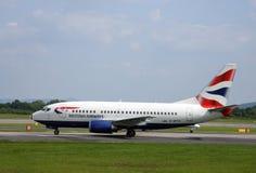 Manchester/Förenade kungariket - Maj 29, 2009: British Airways passagerarflygplan som beskattar på Manchester den internationella Arkivfoto