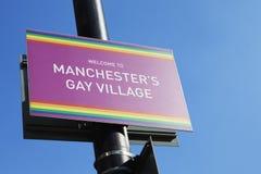 Manchester, Großbritannien - 10. Mai 2017: Schließen Sie oben vom Willkommen Manchester-` s zum homosexuellen Dorf-Zeichen Stockfoto