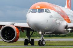 MANCHESTER HET UK, 30 MEI 2019: De vlucht U21998 van de Easyjetluchtbus A320 van Luqa zet baan 23R bij Manchaester-Luchthaven na  stock fotografie