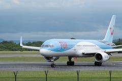 MANCHESTER HET UK, 30 MEI 2019: TUI Boeing 757 vlucht BY2447 van Faro zet baan 23R bij Manchaester-Luchthaven na het landen uit royalty-vrije stock foto's