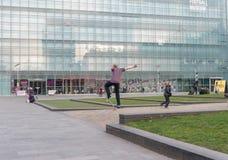 MANCHESTER, INGLATERRA - 8 DE MARZO DE 2014: Museo nacional del fútbol en la acción de Manchester y del monopatín Fotos de archivo libres de regalías