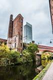 Manchester kanalsida med gammalt och nytt Royaltyfri Foto