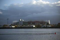 Manchester, maggior Manchester, Regno Unito, ottobre 2013, vista attraverso l'acqua allo stadio di Old Trafford immagine stock libera da diritti