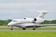MANCHESTER R-U, LE 30 MAI 2019 : Un jet ex?cutif de la citation X d'AirX Cessna 750 arr?te la piste 23R ? l'a?roport de Manchaest photos libres de droits