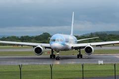 MANCHESTER R-U, LE 30 MAI 2019 : Le vol BY2447 de TUI Boeing 757 de Faro arr?te la piste 23R ? l'a?roport de Manchaester apr?s le images stock