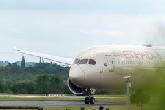 MANCHESTER R-U, LE 30 MAI 2019 : Vol EY21 d'Etihad Boeing 787 Dreamliner des taxis d'Abu Dhabi ? l'a?roport de Manchaester apr?s  photographie stock libre de droits