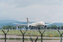 MANCHESTER R-U, LE 30 MAI 2019 : Vol EY21 d'Etihad Boeing 787 Dreamliner des terres d'Abu Dhabi sur la piste 23R ? l'a?roport de  images stock