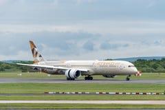 MANCHESTER R-U, LE 30 MAI 2019 : Vol EY21 d'Etihad Boeing 787 Dreamliner des terres d'Abu Dhabi sur la piste 23R ? l'a?roport de  photos libres de droits