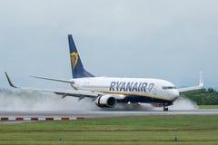 MANCHESTER R-U, LE 30 MAI 2019 : Vol FR3217 de Ryanair Boeing 737 des terres de Milan sur la piste 23R ? l'a?roport de Manchaeste photos libres de droits