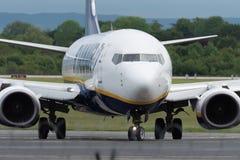 MANCHESTER R-U, LE 30 MAI 2019 : Le vol FR3127 de Ryanair Boeing 737 de Marrakech arr?te la piste 23R ? l'a?roport de Manchaester images stock