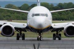 MANCHESTER R-U, LE 30 MAI 2019 : Le vol FR3127 de Ryanair Boeing 737 de Marrakech arr?te la piste 23R ? l'a?roport de Manchaester photographie stock