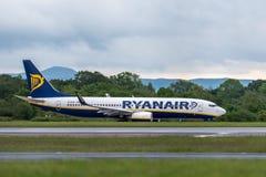 MANCHESTER R-U, LE 30 MAI 2019 : Le vol FR3218 de Ryanair Boeing 737 vers Milan d?colle sur la piste 23L ? l'a?roport de Manchaes photos libres de droits