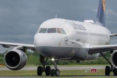 MANCHESTER R-U, LE 30 MAI 2019 : Le vol LH938 de Lufthansa Airbus A319 de Francfort arr?te la piste 23R ? l'a?roport de Manchaest images stock