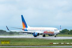 MANCHESTER R-U, LE 30 MAI 2019 : Vol LS794 de Jet2 Boeing 737 des terres de Pula sur la piste 23R ? l'a?roport de Manchaester sou photos stock