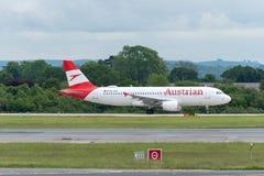 MANCHESTER R-U, LE 30 MAI 2019 : Le vol OS464 d'Austrian Airlines Airbus A320 vers Vienne commence ? rouler pour le d?collage sur image libre de droits