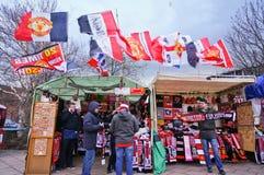 MANCHESTER, REGNO UNITO - 9 FEBBRAIO: Abbini il ricordo del giorno sulla vendita davanti al vecchio stadio di Trafford il 9 febbr fotografia stock libera da diritti