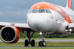 MANCHESTER REGNO UNITO, IL 30 MAGGIO 2019: Il volo U21998 di Easyjet Airbus A320 da Luqa spegne la pista 23R all'aeroporto di Man fotografia stock