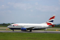 Manchester/Regno Unito - 29 maggio 2009: Aereo di linea di British Airways che tassa all'aeroporto internazionale di Manchester fotografia stock
