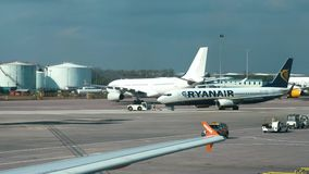 MANCHESTER, REINO UNIDO - 9 DE ABRIL DE 2019: Um avião de Ryanair taxiing na pista de decolagem no aeroporto de Manchester filme