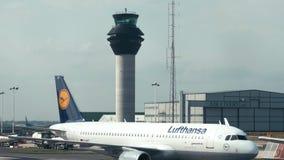 MANCHESTER, REINO UNIDO - 9 DE ABRIL DE 2019: Un avión de Lufthansa está llevando en taxi sobre la pista en el aeropuerto de Ma almacen de video