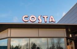 Manchester, Reino Unido - 5 de janeiro de 2015: Sinais de Costa Coffee - um de t Fotografia de Stock Royalty Free